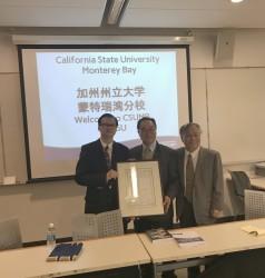 20170811協會會長陳勤業和台灣主席江明勋教授在加州大學蒙特利灣分校颁發榮譽顧問証書给陶翼青教授