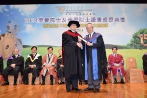 2014年12月8日本會會長陳勤業博士後獲香港工業專業評局頒發首屆[工程院士]証書