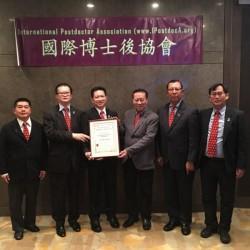 2016年2月29日左三張源天博士後獲何鍾泰榮譽顧問和陳勤業協會會長頒發證書和委任為協會星加坡主席