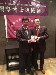 中聯辦教科部長李魯教授接受陳勤業會長「持續改善」一書